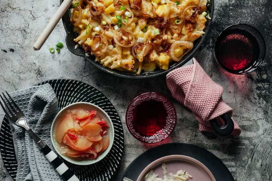 Alpenmakkaroni –Knusprig ueberbackene Nudeln in Käse-Sahne-Soße mit Apfel-Kompott. Ein Heumilch-Rezept mit Bergkäse |GourmetGuerilla.de