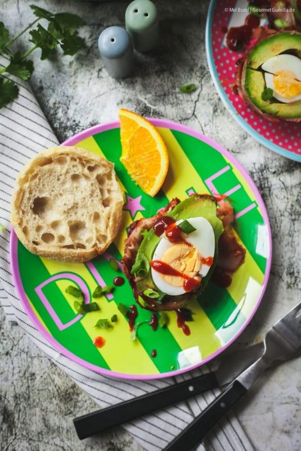 Gefüllte Avocado in Bacon mit spicy Ahornsirup- Glasur. Ein Schlemmerfrühstück aus dem Ofen.