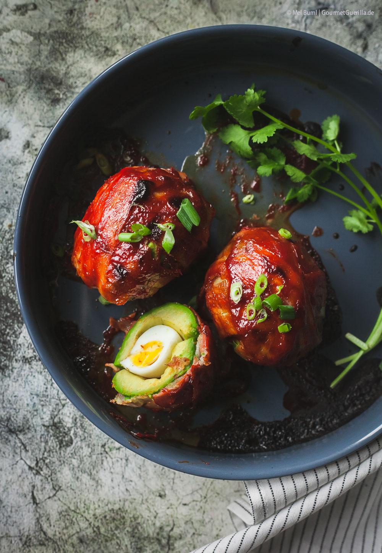 Gefüllte Avocado in Bacon mit spicy Ahornsirup-Glasur Schlemmerfrühstück aus dem Ofen |GourmetGuerilla.de