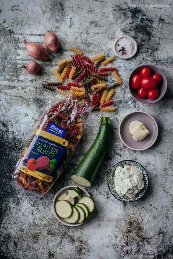 Schnelle 2-in-1 Pasta mit Zucchini-Frischkäsesoße und festlich gepimpt mit Gin, Lachs und Pistazien  GourmetGuerilla.de