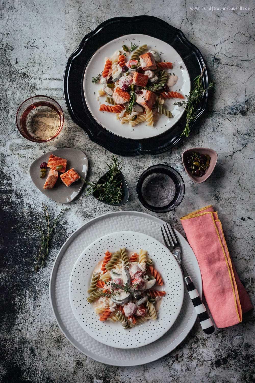 Schnelle 2-in-1 Pasta mit Zucchini-Frischkäsesoße und festlich gepimpt mit Gin, Lachs und Pistazien |GourmetGuerilla.de