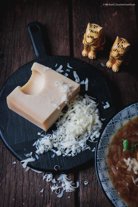 Herzhafte vegetarische Zwiebelsuppe mit Käsenocken - ein Heumilchrezept |GourmetGuerilla.de