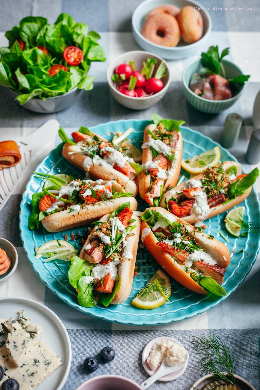 Nordische Lachs Hot Dogs mit Meerrettich-Sosse und Kräuter-Crunch gesundes Fast Food mit Fisch |GourmetGuerilla.de