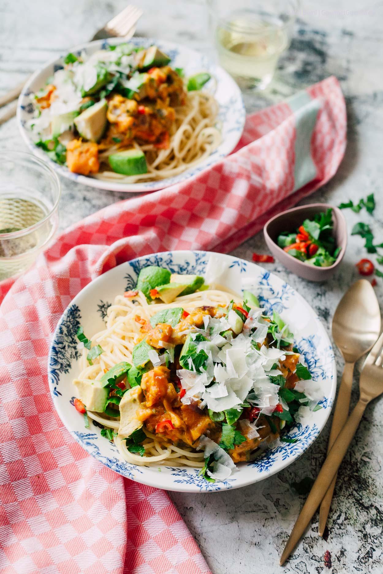Pasta mit cremiger Kürbis-Soße, Avocado und einem Hauch Chili |GourmetGuerilla.de