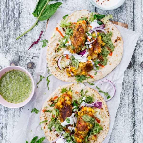 Indische Mais-Koftas. Ein umwerfender vegetarischer Wrap mit Salat und Soße |FoxyFood.de