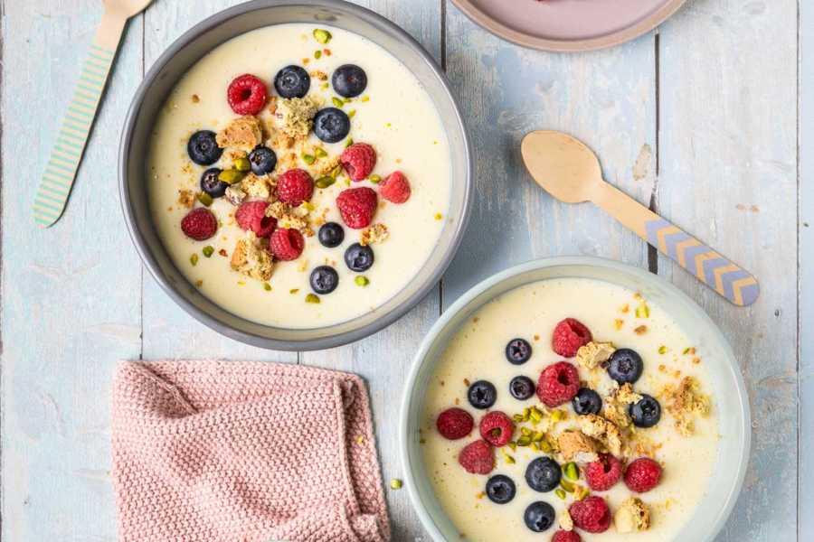Süße Milchsuppe mit Beeren und Cantuccini-Crunch |FoxyFood.de