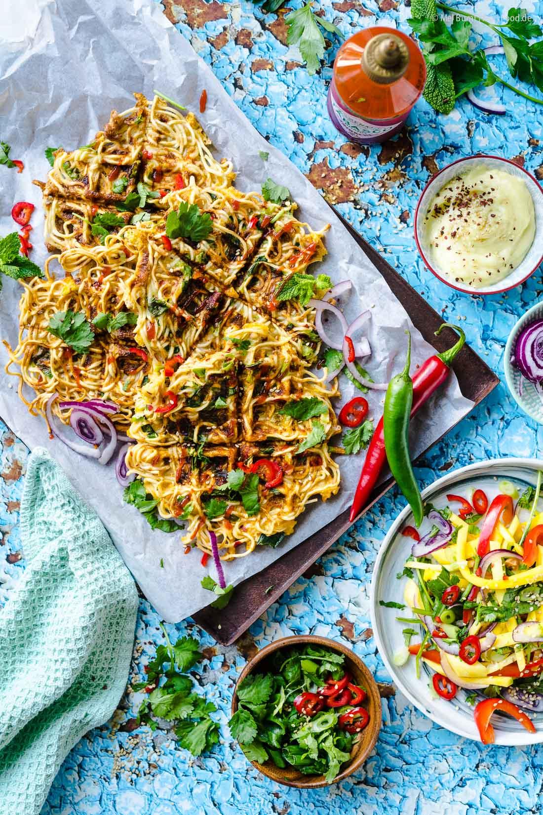 Knusprig gebratene Mie-Nudeln aus dem Waffeleisen Asia-Omelett Blitzküche  FoxyFood.de