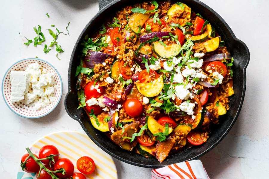 Schnelle Hackpfanne mit Zucchini, Tomaten und Feta |FoxyFood.de
