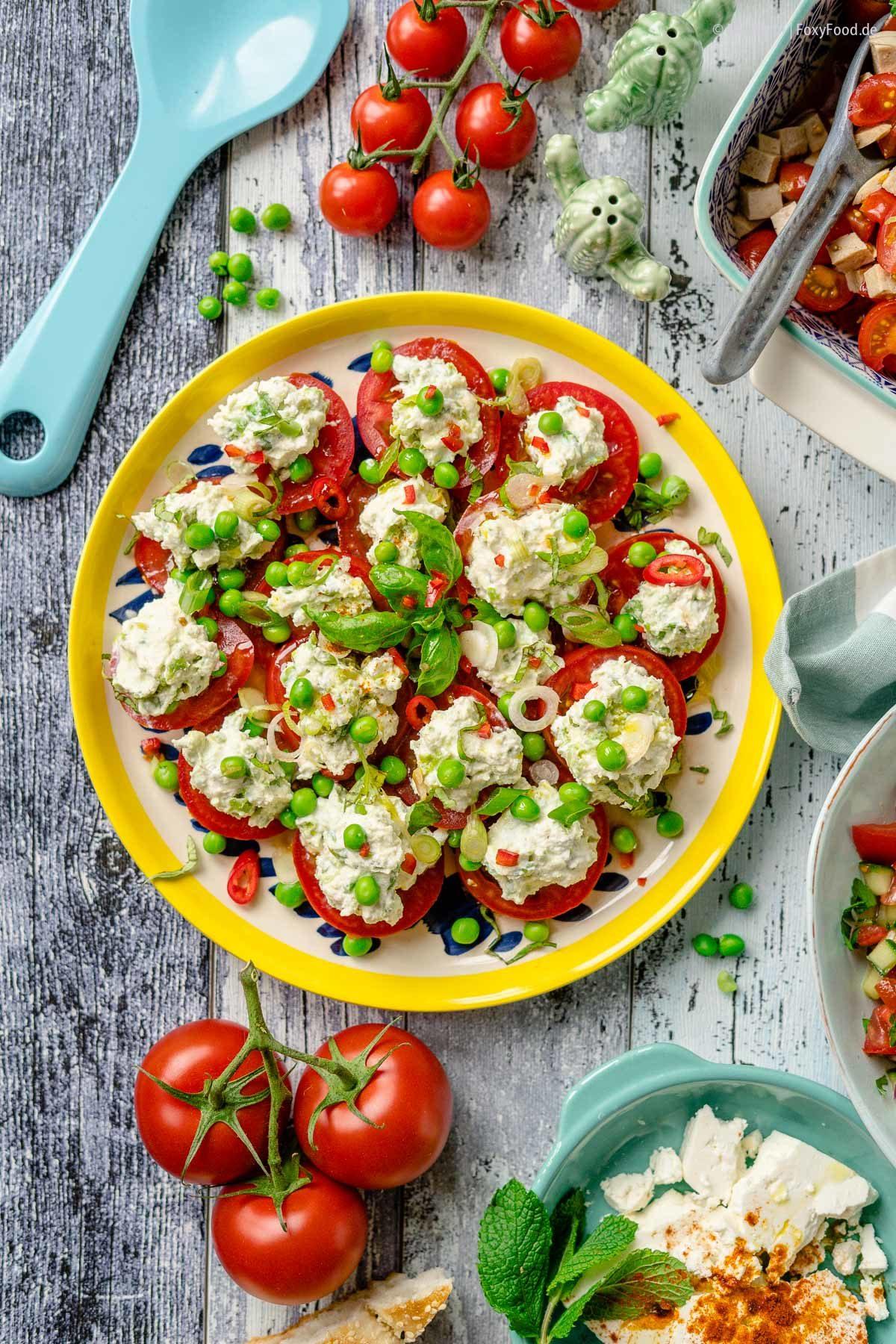 Tomatensalat mit würzigem Erbsen-Ricotte und Kräutern Meine 3 liebsten Rezepte für den Sommer  FoxyFood.de