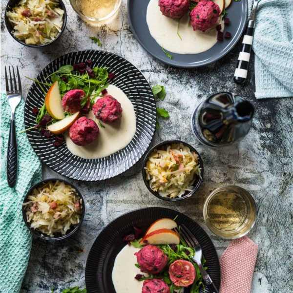 Rote Bete Knödel in Parmesansoße mit Speck-Krautsalat und Apfel |FoxyFood.de