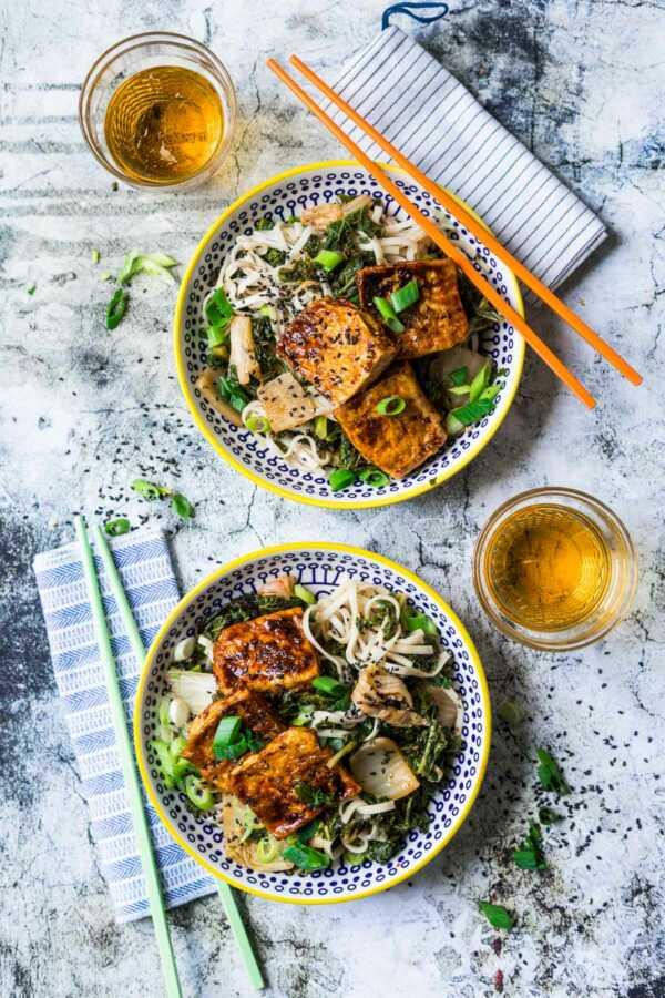 {540 Kalorien} Udon Nudeln mit Grünkohl, Kimchi und glasiertem Tofu |FoxyFood.de