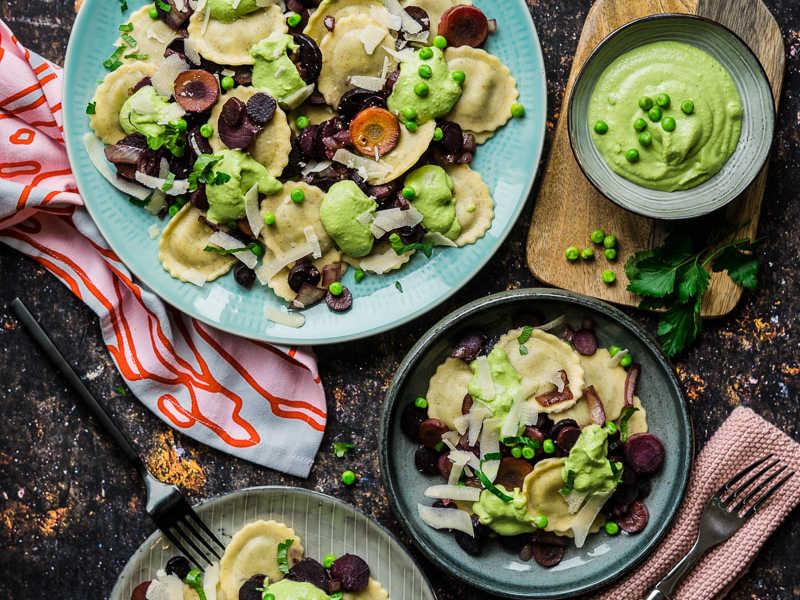 Gefüllte Dinkel-Nudeln mit gebratenen bunten Wurzeln und Erbsen-Pesto schnelles vegetarisches Familien-Essen |FoxyFood.de