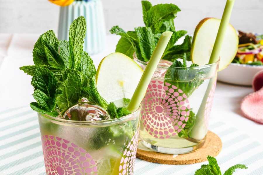 Prickelnder Birnen Fizz mit Zitronengras und Minze - Alkoholfreier Drink zum Essen |FoxyFood.de