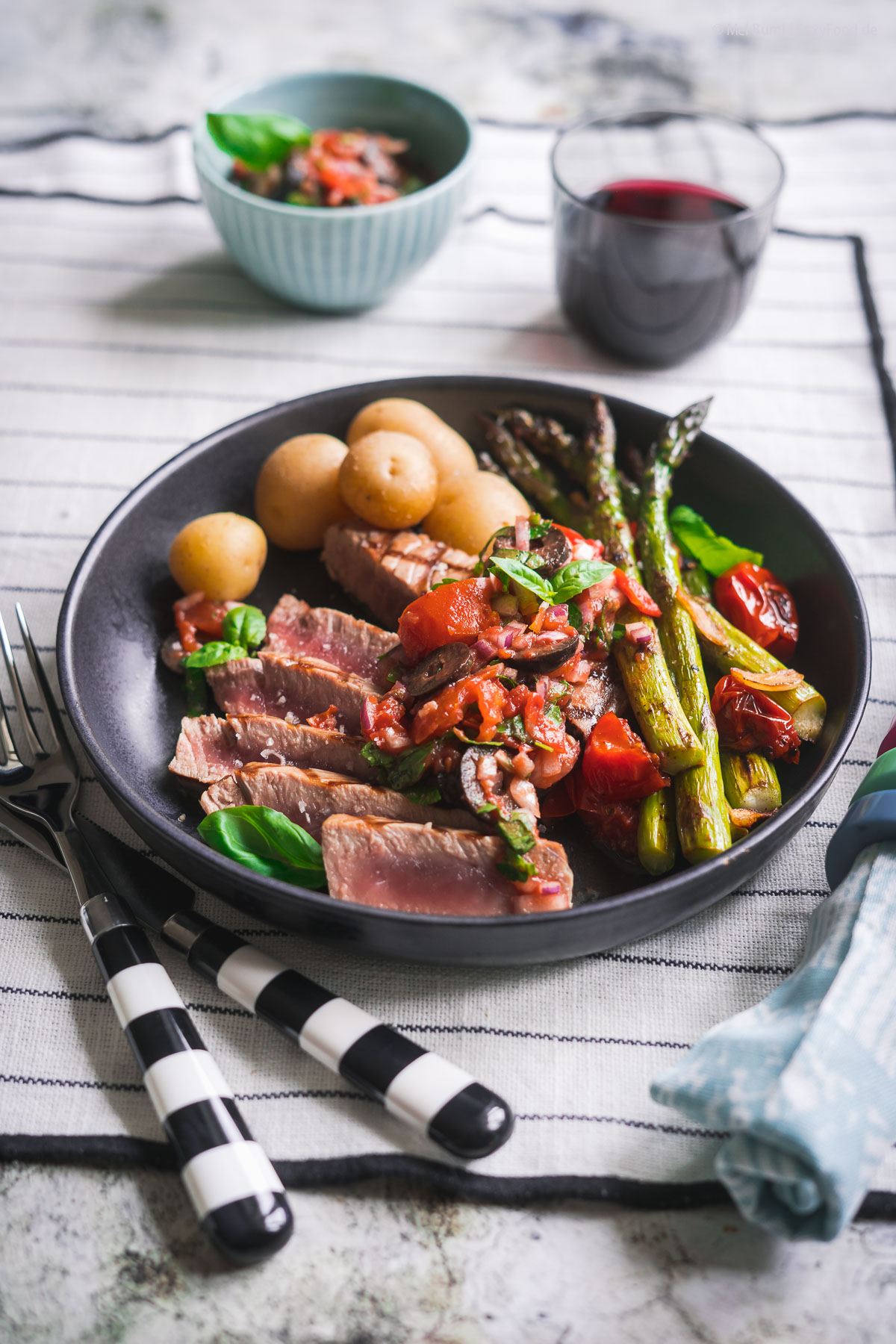 Kurz gegrillter Thunfisch mit Marinara-Salsa und Grünem Spargel |FoxyFood.de